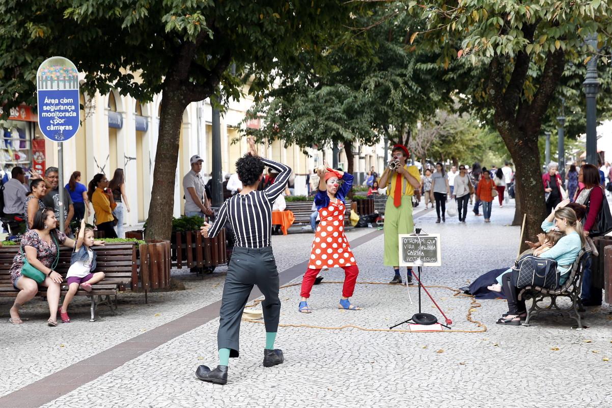 Decreto de Greca escancara repressão a artistas de rua em Curitiba